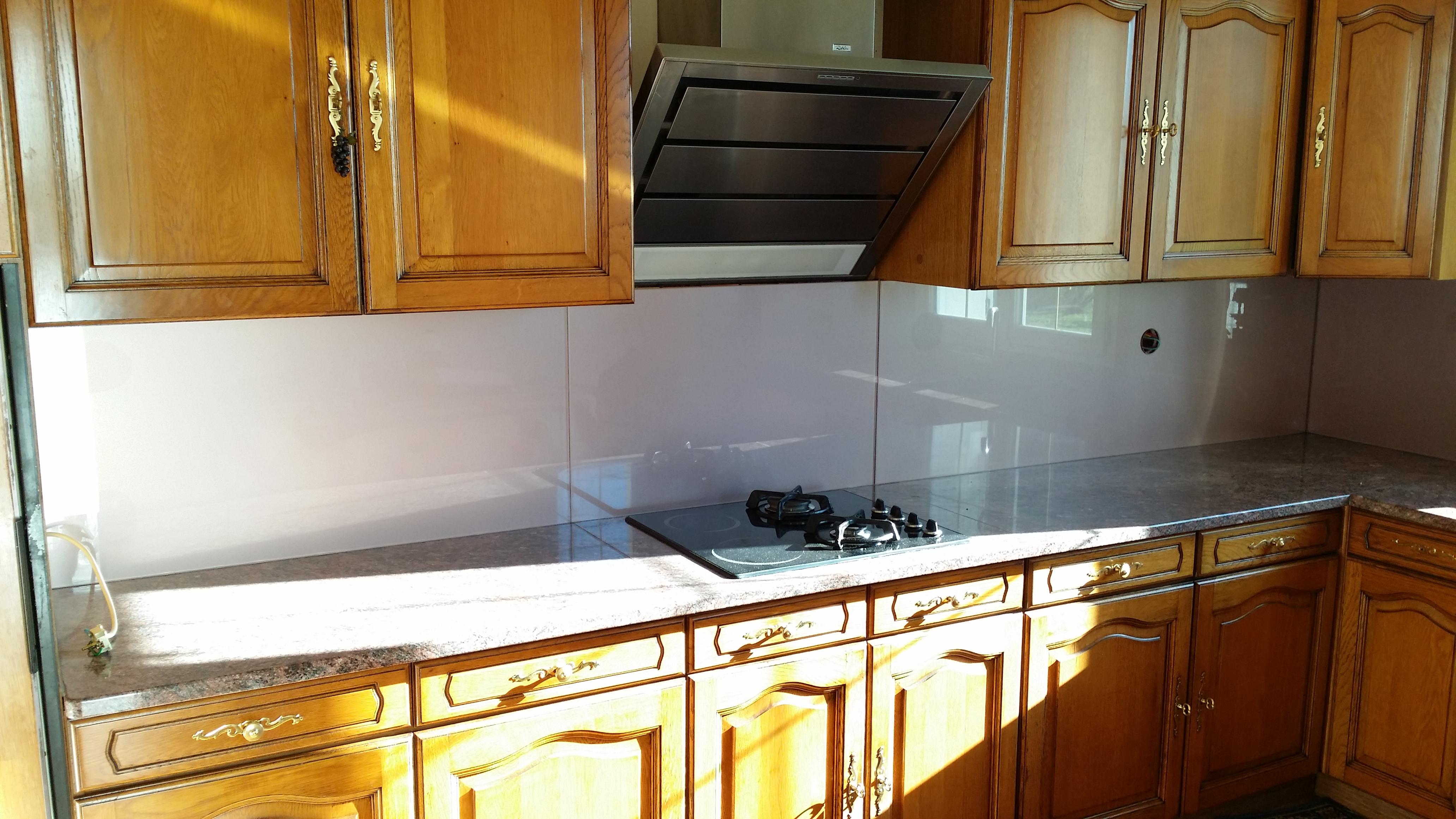 cuisine granit cr dence en verre laqu rose art styl. Black Bedroom Furniture Sets. Home Design Ideas