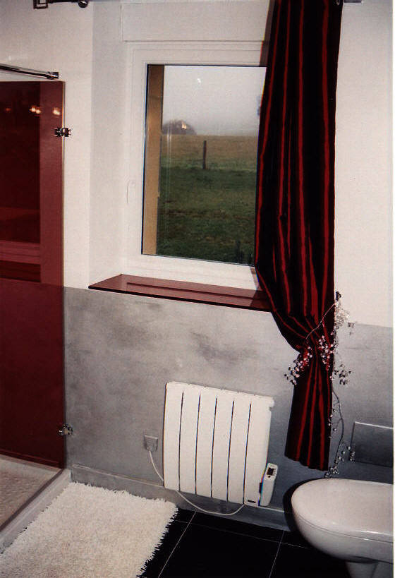 Salle de bain en verre laqu rouge sur mesure as for Fenetre verre securit